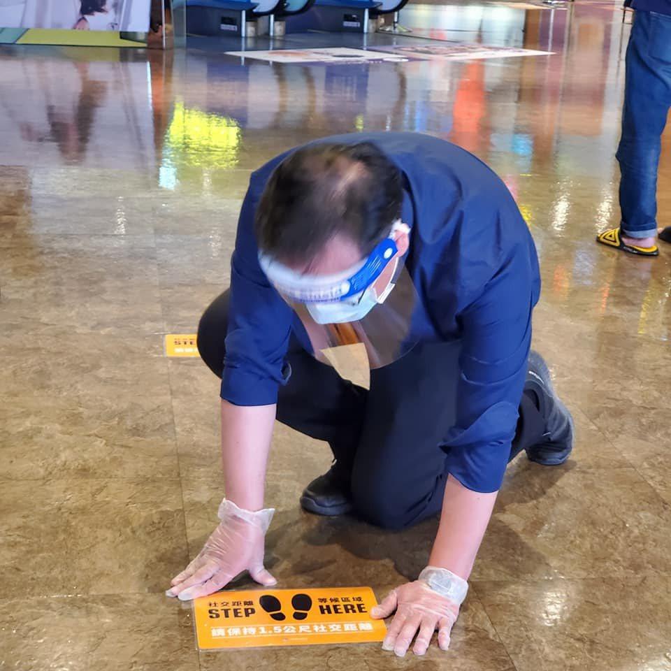 信義威秀在地上貼安全距離的貼紙標誌。圖/威秀影城提供