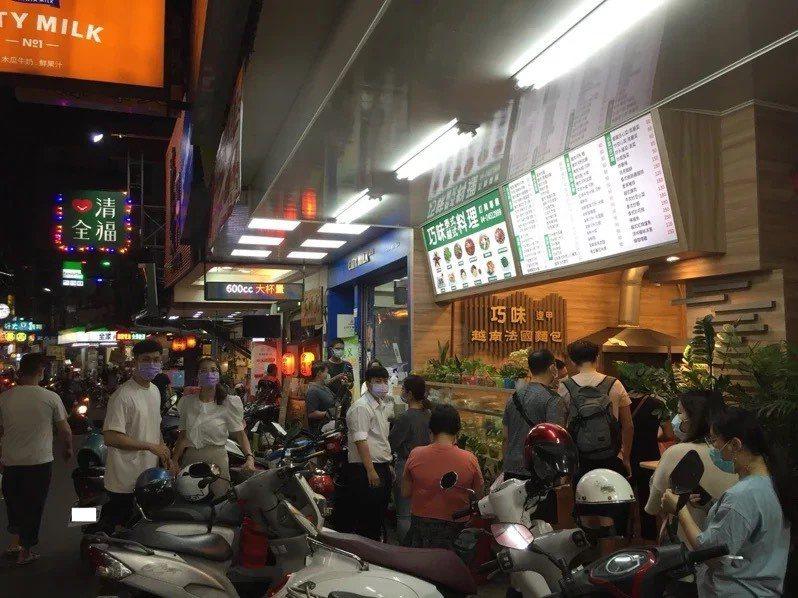 台中逢甲夜市周商圈未解封人潮已現。圖/聯合報系照片