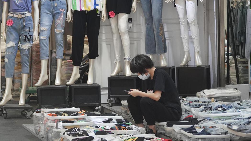 經濟部統計處今(23)日公布6月批發、零售及餐飲業營收統計。記者曾學仁/攝影