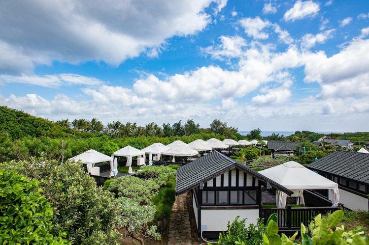 搭建在珊瑚礁岩上的帳篷Villa。圖/貓鼻頭露營莊園提供