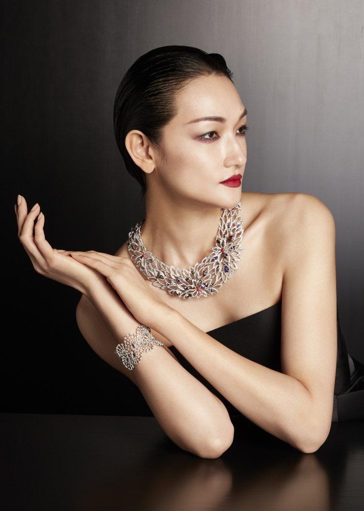 富永愛配戴的菊花疊瓣紋項鍊,除展現日本頂級金工,更有毫不遜色西方裝飾藝術的大和紋...