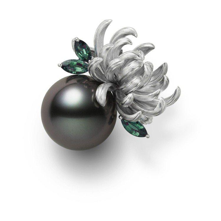 恬淡雅緻的菊花,是日本皇室的象徵,結合黑色珍珠,是不尋常規的另翼之美,價格未定。...
