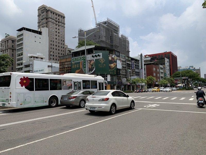 高雄市交通局表示,微解封首日,市區車流量較日前三級警戒期間增約3成。記者曹亞沿/攝影