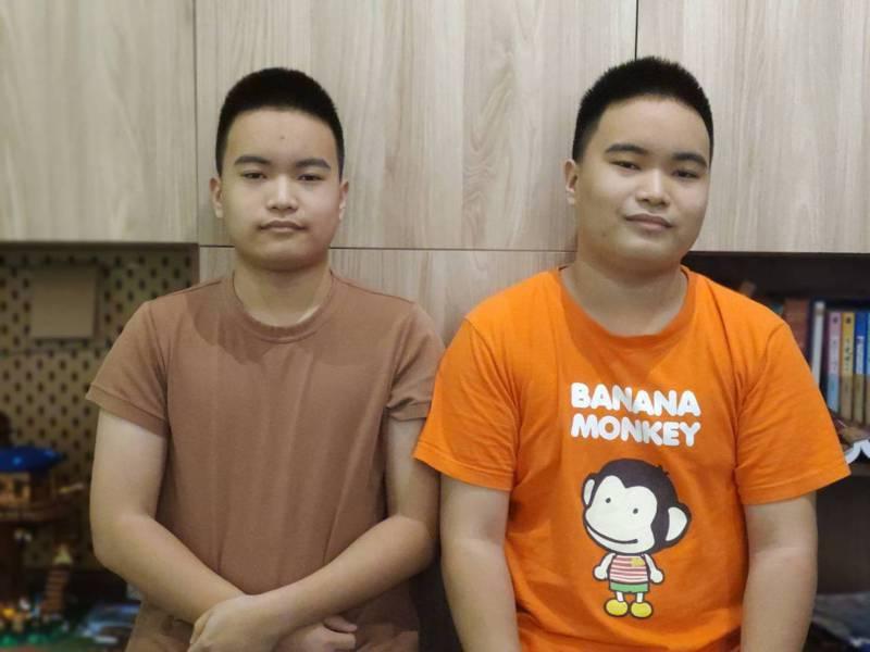 高雄市五福國中畢業的雙胞胎哥哥吳孟修(左)與弟弟吳孟書(右),以優異成績考上雄中。圖/翁嘉慧提供