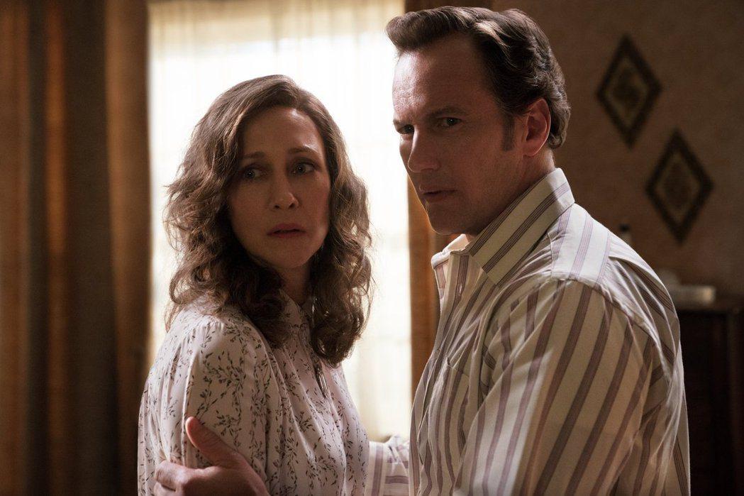 薇拉法蜜嘉(左)和派翠克威爾森在「厲陰宅3:是惡魔逼我的」陷入更懸疑、更陰險的謎