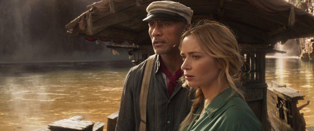 巨石強森(左)、艾蜜莉布朗特在「叢林奇航」展開不可思議的冒險。圖/迪士尼提供