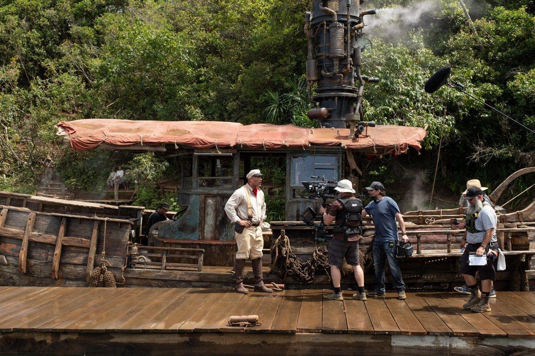 「叢林奇航」的主角們駕著綺拉號在亞馬遜河展開奇幻冒險。圖/迪士尼提供