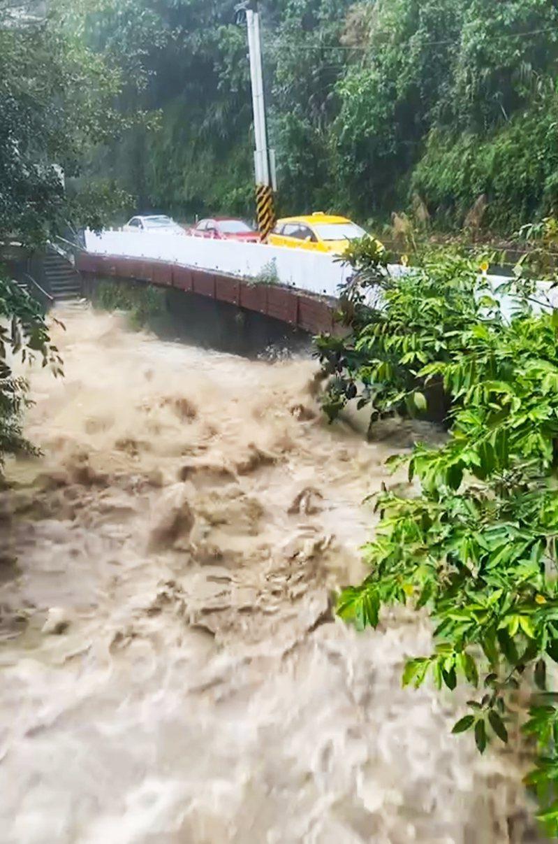 午後強降雨,台南白河關子嶺溪水暴漲,瞬間強大水流,令人怵目驚心。圖/讀者提供