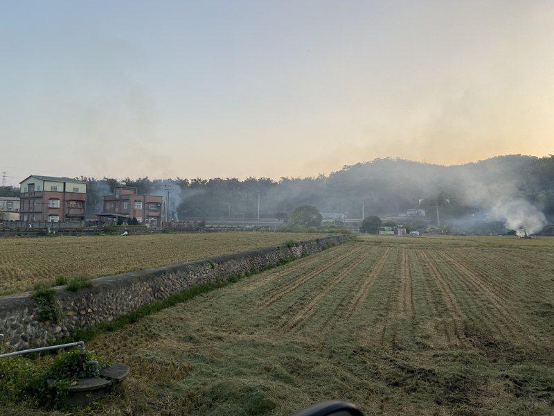 讀者投訴苗栗縣西湖鄉露天燃燒,弄得空氣烏煙瘴氣。圖/梁小姐提供