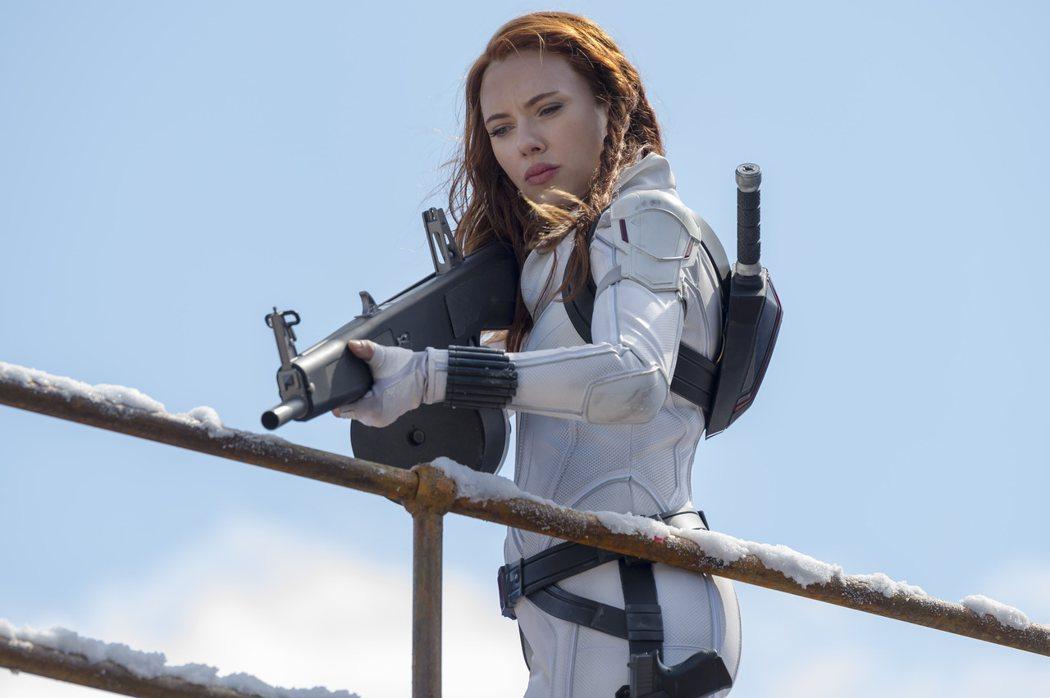 思嘉莉約翰森在「黑寡婦」挑戰各種高難度動作戲。圖/迪士尼提供