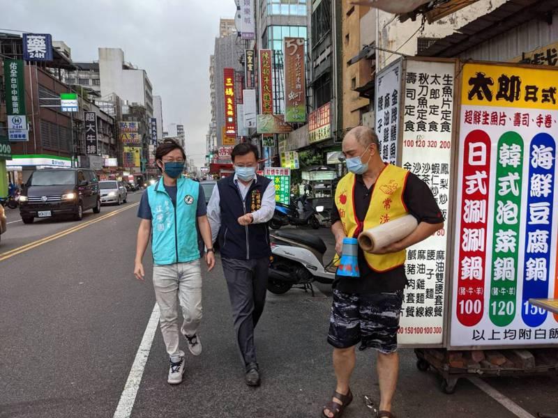 台中市議員江肇國等人到中華路夜市了解營業狀況,對防疫措施表示肯定。圖/江肇國提供