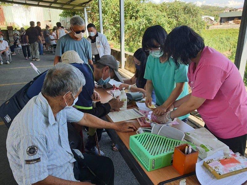寶山鄉衛生所因現場莫德納疫苗數量不足,讓部分持通知單到場的民眾打不到疫苗。記者巫鴻瑋/翻攝