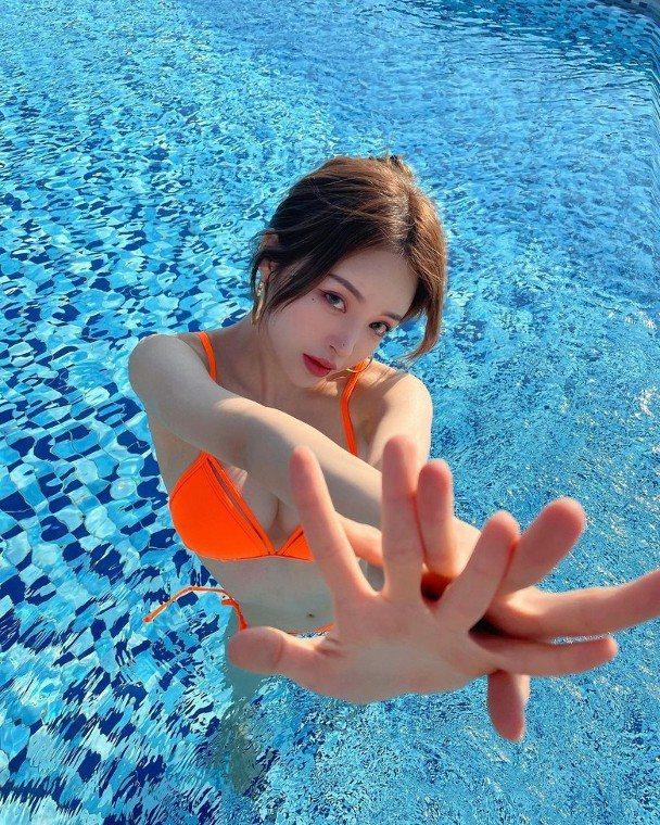 南韓網紅Yekong近期在外度假,戲水時辣秀好身材。圖/摘自IG