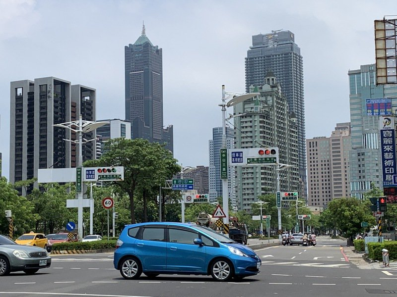 昨天是微解封首日,高雄市交通局觀察,市區車流量比日前三級警戒期間增加約3成。記者曹亞沿/攝影