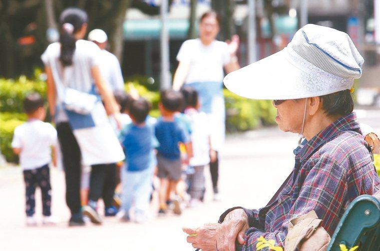 調查顯示,日照、據點活動全面停擺,造成許多失智長輩的認知下降,照顧者承受很大壓力...