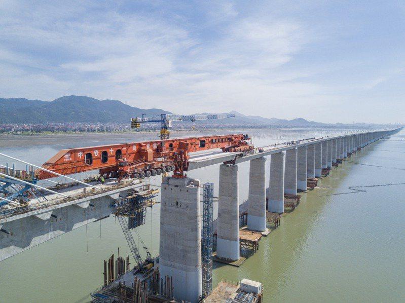 福廈高鐵正積極趕工中,圖為湄洲灣跨海大橋建設現場。(新華社)