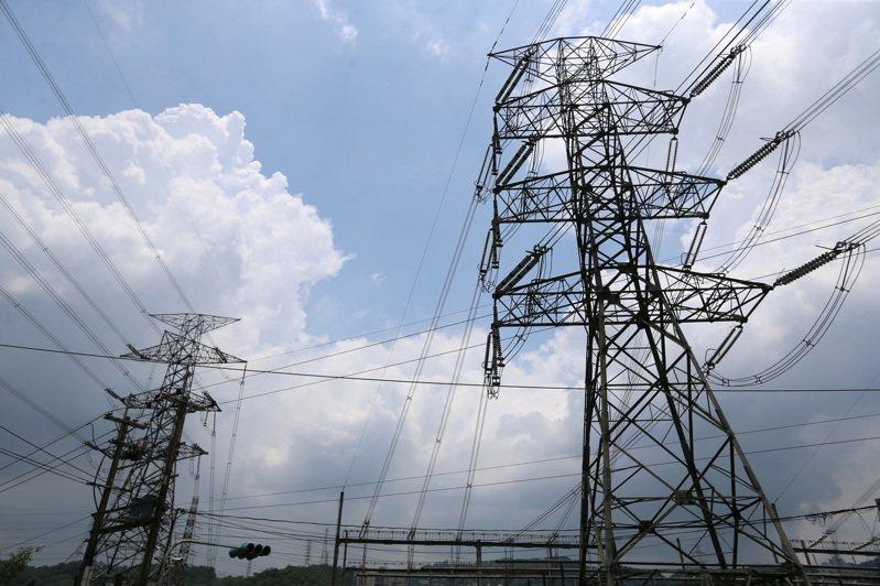 全台天氣炎熱,昨天最高用電量達3,859.9萬瓩創新高紀錄,備轉容量率也僅有7.4%,進入用電吃緊黃燈。(本報系資料庫)