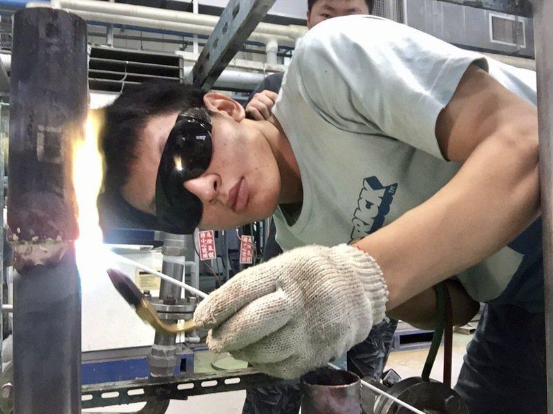 北科大能源系博士生李俊翰大一時在勞發署受訓,每日靠一百元生活費度日。圖/台北科技大學提供