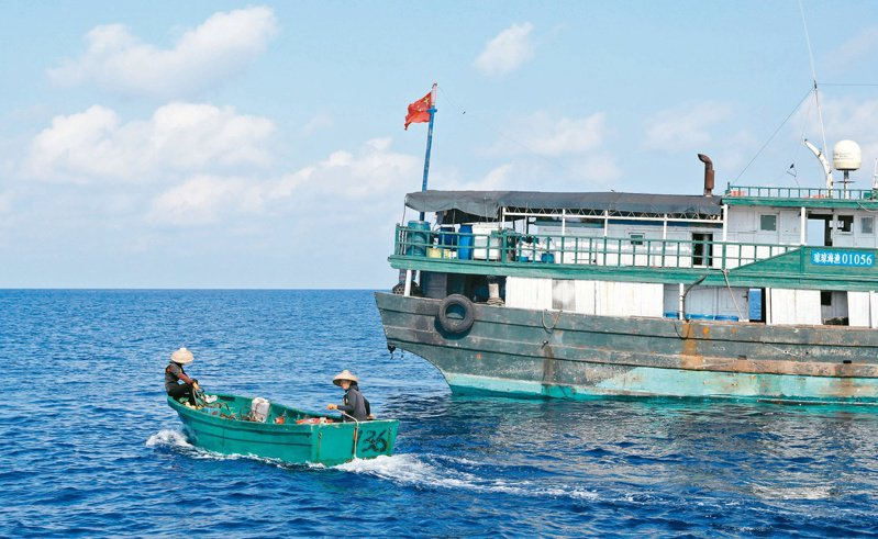 大陸智庫稱,美軍在南海偵察解放軍的強度、烈度、針對性將進一步提升。圖為大陸漁民前往與菲律賓有爭議的黃岩島海域捕魚。(路透資料照)