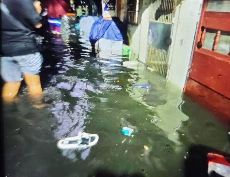 桃園今傍晚降下劇烈豪雨,八德區僑興新村淹水原因竟然是垃圾堵塞導致抽水機無法正常運作,水務局將調查後續責任歸屬。圖/桃園市水務局提供