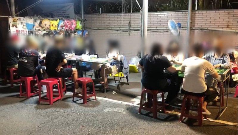 台南市大東夜市前晚恢復營業,有12人群聚玩麻將賓果,市府將依違反傳染病防治法對業者、攤商開罰。記者鄭維真/翻攝