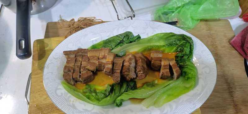 一位網友抱怨,為了一道東坡肉,惹得妻子大暴走,覺得無奈。圖擷自《爆怨2公社》