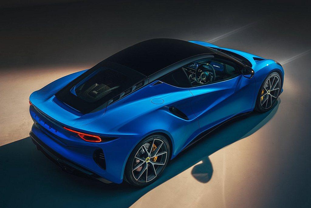 C柱旁飾有標示著車型名稱的銘牌飾板。寬闊的輪拱標配20吋輪圈及專為Lotus E...