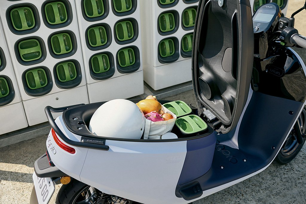 Gogoro VIVA XL擁有26.5公升超大車廂置物空間,能輕鬆置放兩頂¾罩...