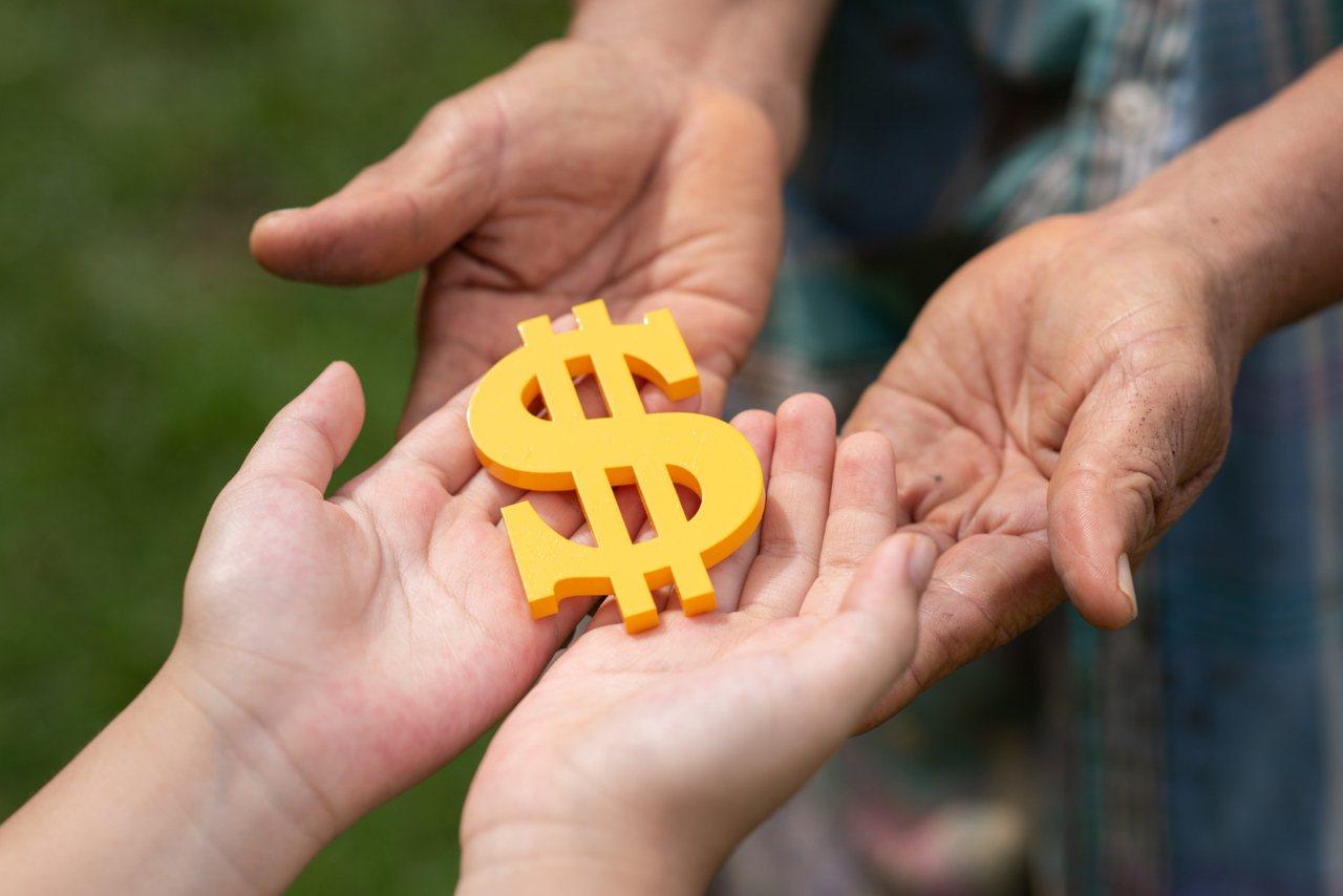 俗語說:「人是英雄,錢是膽」,緊急預備金就是人自在生活的底氣。 圖/freepi...
