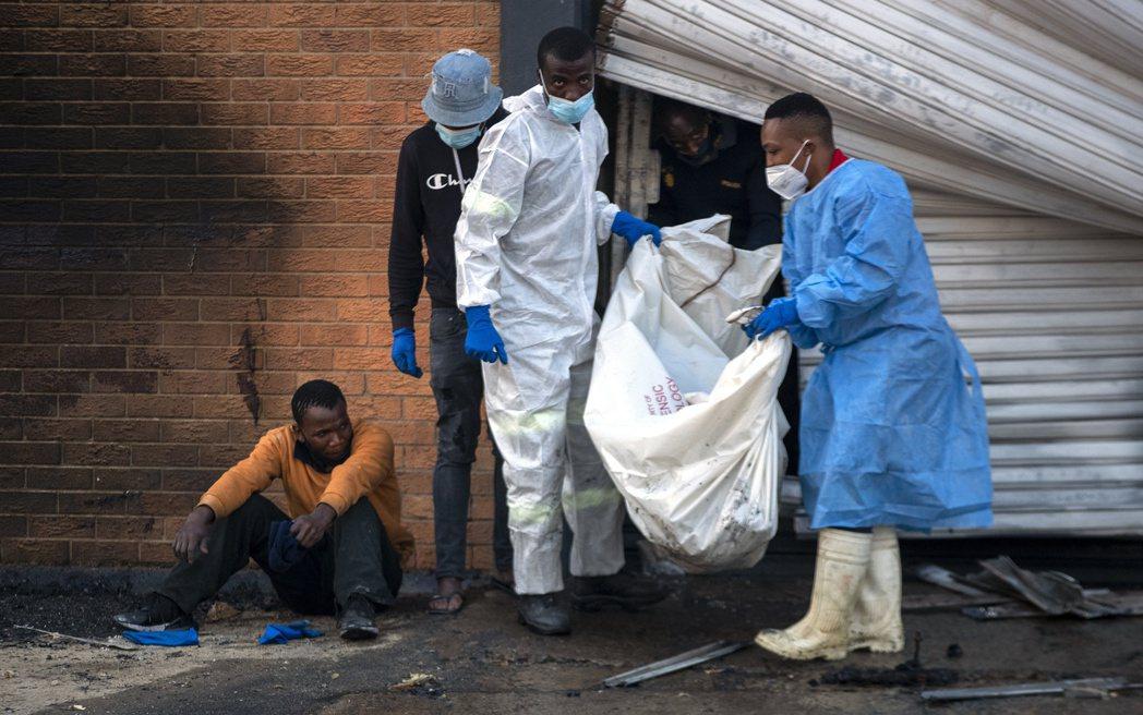絕大多數示威者是在搶劫賣場過程中,因群眾踩踏、搶貨與縱火衝突中而死。圖為商店被燒...