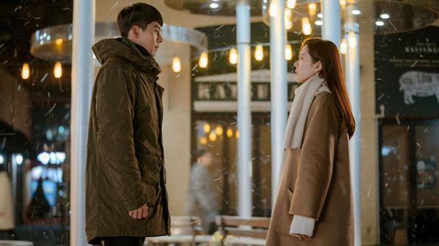 最近因為疫情關係又再度回溫的韓劇「愛的迫降」,裡面的男女主角後來因為國情的關係,以致於必須長時間分隔兩地,甚至談起一場「無法見面」的愛情,究竟在關係中,當面對這種必須遠距離的戀愛,我們又該如何維持愛情的溫度呢?圖片來源:tvN《愛的迫降》
