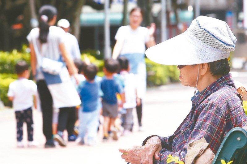 調查顯示,日照、據點活動全面停擺,造成許多失智長輩的認知下降,照顧者承受很大壓力。本報資料照片