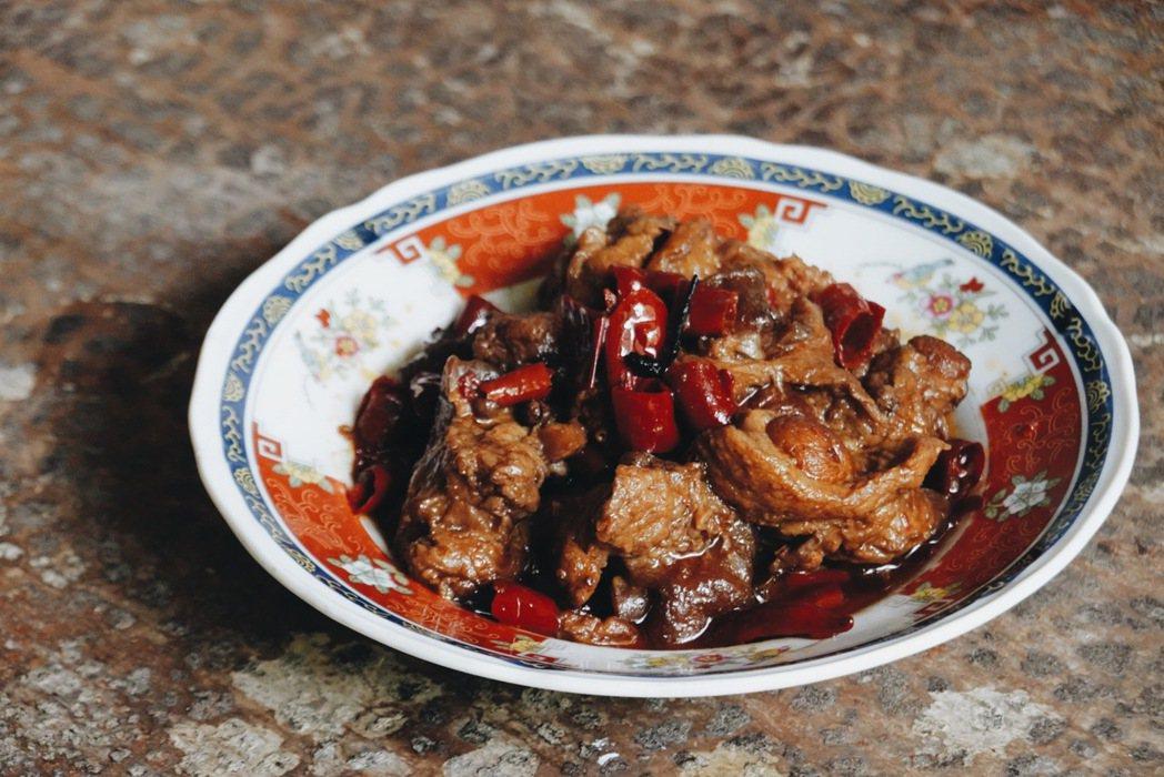 小方舟串燒酒場的招牌菜「麻辣豚蹄筋」麻而不辣、散發椒香。 圖/謝小五提供