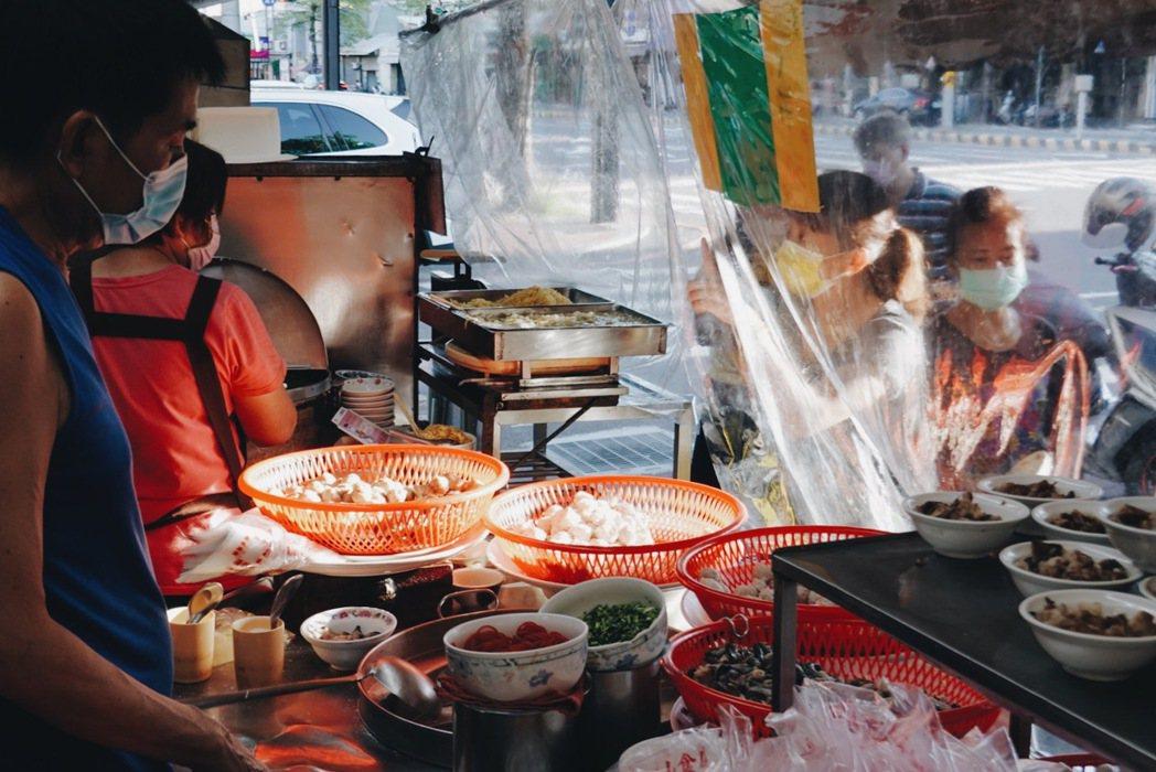 福生小食店的火燒蝦丸遠近馳名,微解封後許多人特地包蝦丸外帶。 圖/謝小五提供