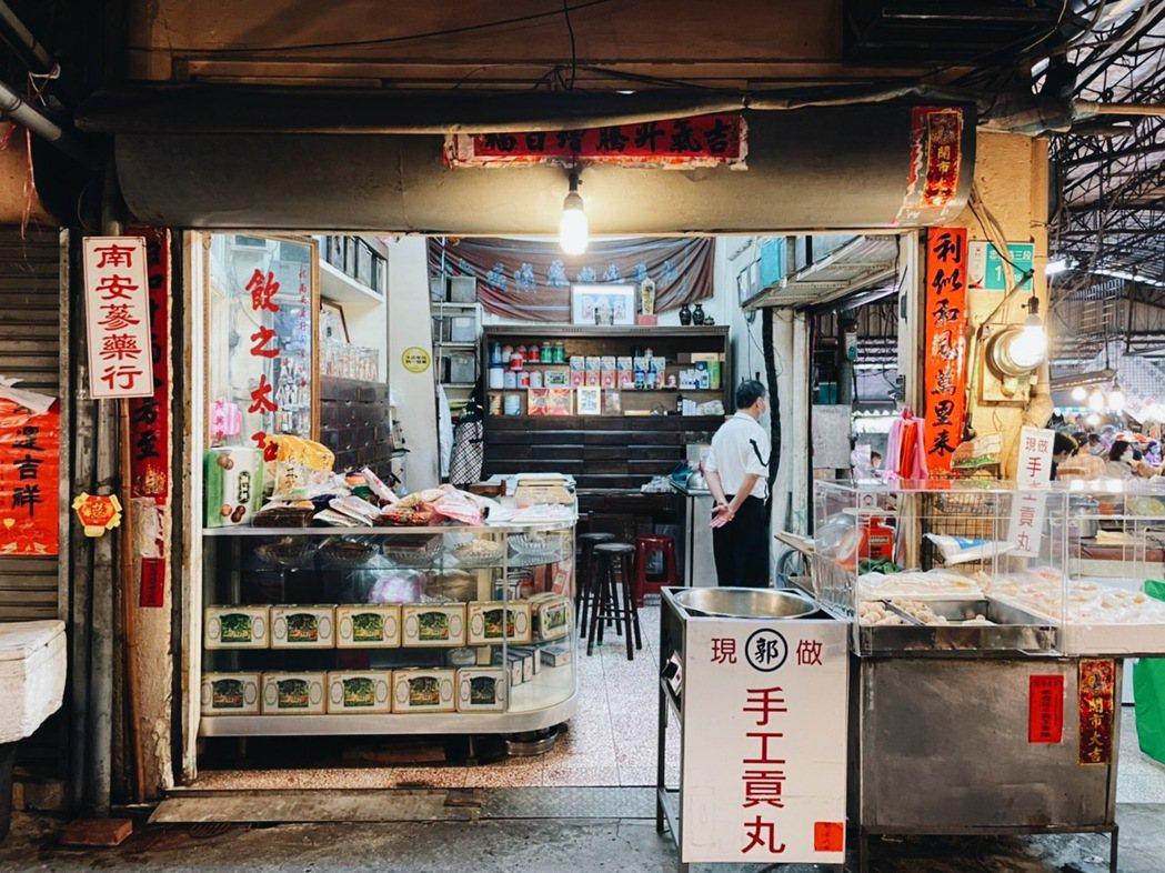 前身是中藥行的鴨母寮市場20年老店,特以海鰻手工製作的魚餃、魚冊,營造出不同口感...