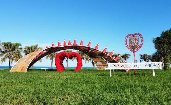 安聖惠《起點》位於尚武9420濱海休憩區,透過複合媒材創造出充滿張力的藝術裝置。 圖/台東縣政府文化處