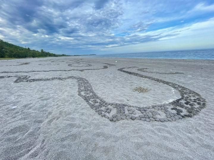沙灘藝術家Andres Amador安德烈斯.阿瑪多《協調的混沌》圖騰結合了台灣及紐西蘭南島文化意象,透過沙雕及大量土團堆疊成特色作品。 圖/台東縣政府文化處