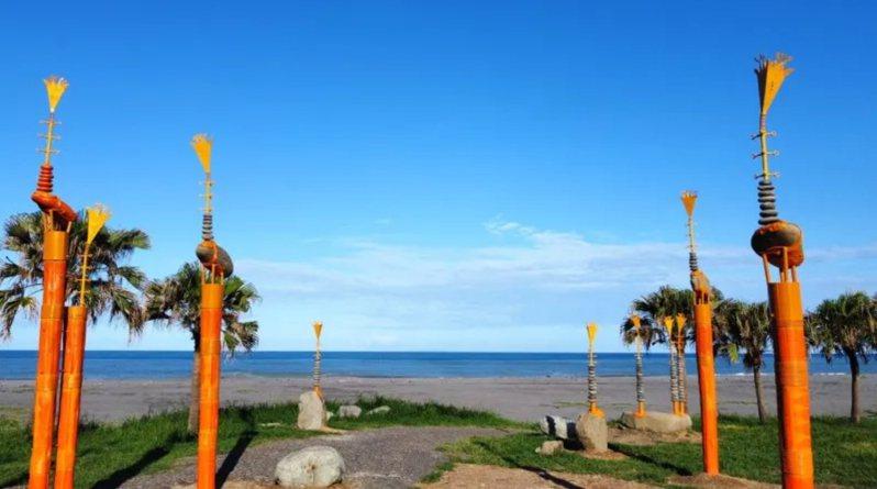 來自屏東達瓦蘭部落的伊誕・巴瓦瓦隆《呼喚南島的風》創作充斥詩意,還巧妙結合排灣族的百合花圖像為創作內涵,成為救贖與復活的新象徵。 圖/台東縣政府文化處