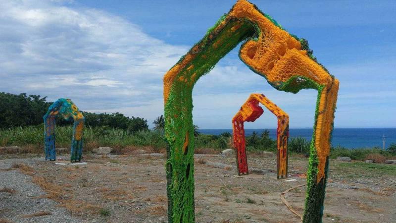 武玉玲於太麻里火車站設有三組繽紛立體裝置,《我輕輕聽》將讓遊客靜下心來,享受土地與海洋演奏的音樂。 圖/南迴藝術季臉書專頁
