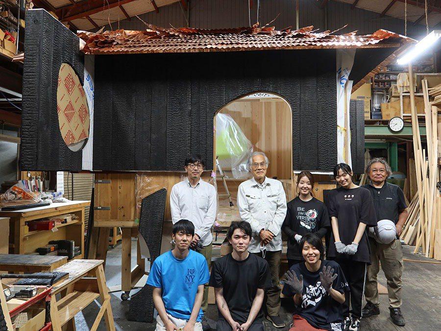 藤森照信(後排左二)邀請學生,一同打造「Go-an五庵」茶屋。圖/工学院大学提供