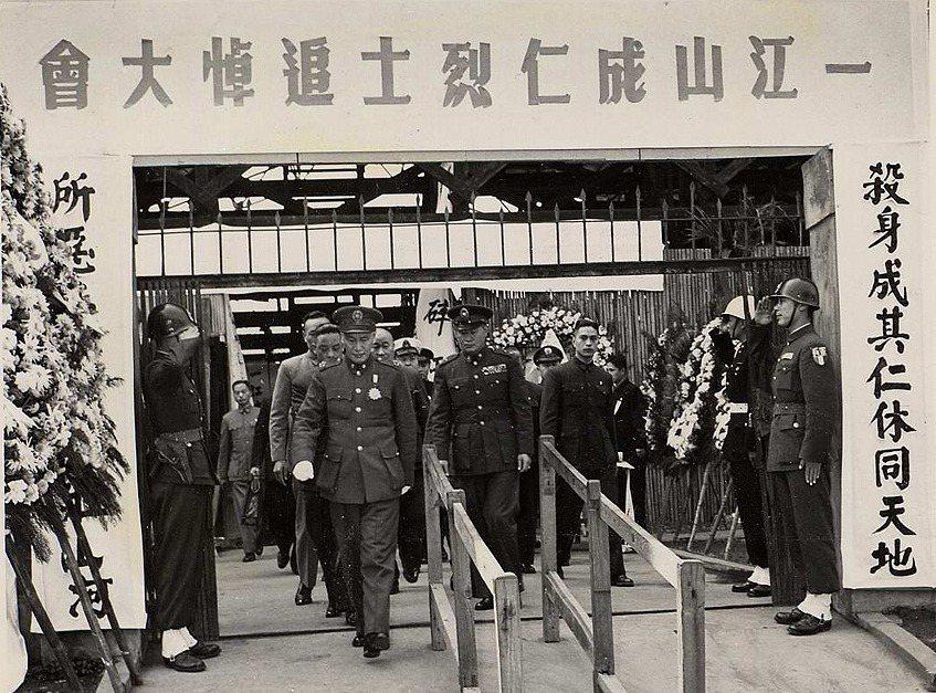 蔣介石與蔣經國出席一江山島戰役戰歿者追悼儀式。 圖/維基共享