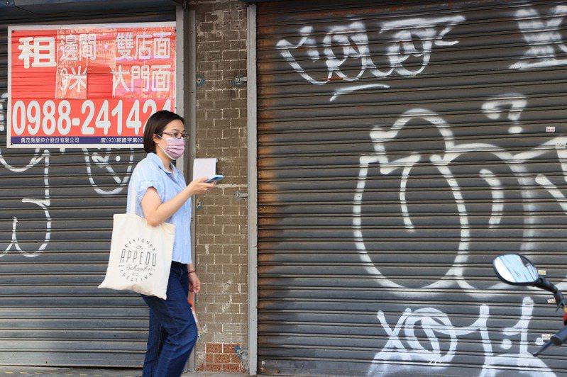 台北公館商圈許多店家關門停業,門口掛上租售看板。記者陳柏亨/攝影