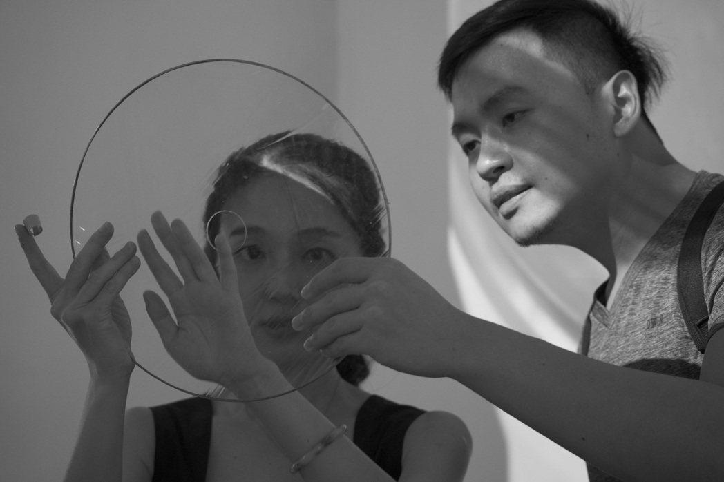 許雁婷(左)描述每片玻璃都有不一樣的質地,口吹玻璃有不規則的表面起伏,某些玻璃上...