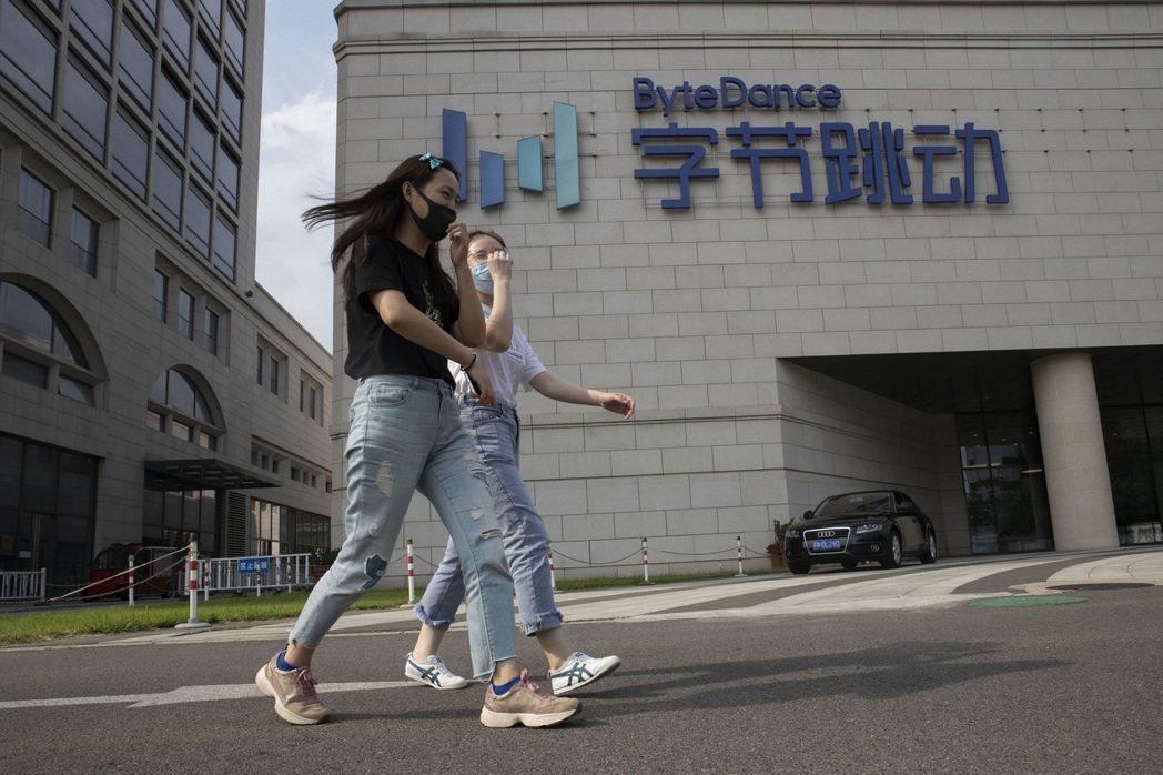 日前多名前抖音員工也向美國媒體《CNBC》表示,中國母公司字節跳動百分之百干涉海外業務與產品決策,能夠取得美國用戶數據資料,「早已見怪不怪」,令人擔憂。 圖/美聯社