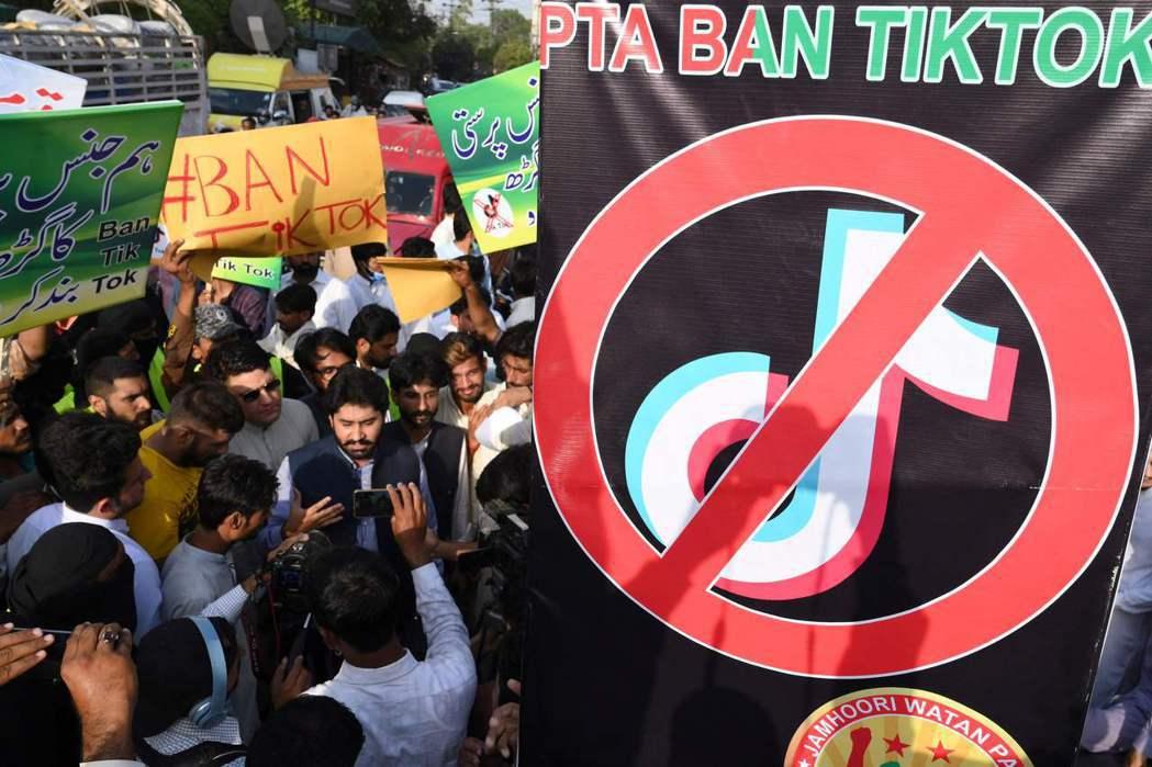 圖為今年6月,巴基斯坦支持禁用抖音的示威活動。 圖/法新社