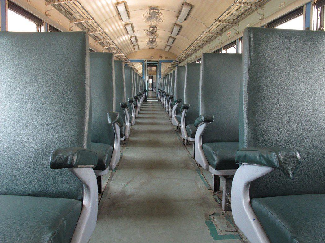 劉克襄以鏡頭記錄下每個火車風景,這些照片也成了媽媽的繪畫素材。照片提供/劉克襄