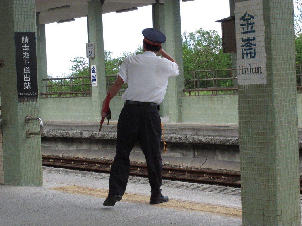 劉克襄造訪的車站不計其數,每回到站後,他都會深入當地城鎮感受人情事物。照片提供/...