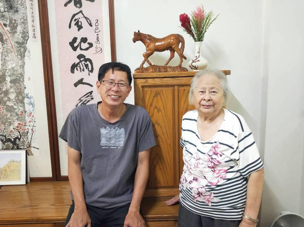 劉克襄與88歲的母親。照片提供/劉克襄