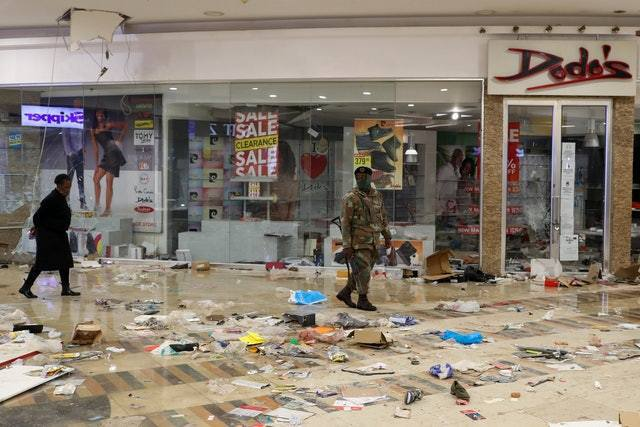 圖為7月13日,南非索韋托一間商場,多間商店被砸爛遭到搶掠。 路透