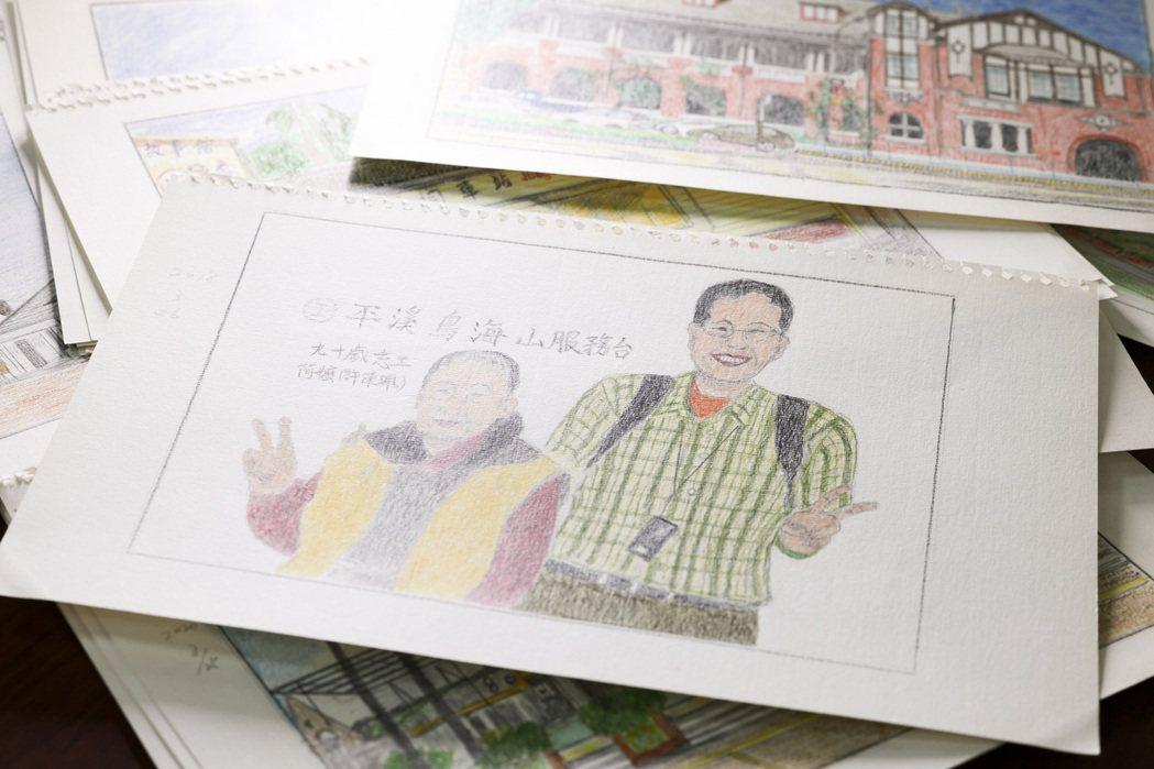 劉克襄的媽媽細膩畫下兒子與瑞芳站的老奶奶志工合照。記者王聰賢/攝影